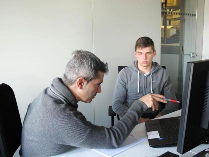 Max Verstappen se prepara intensivamente con su ingeniero de pista Xevin Pujolar para debutar de la mejo manera. [pic: twitter]