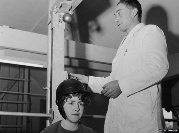 El cirujano que atendió a Lawrence tras su accidente hizo estudios pioneros sobre la importancia del casco.