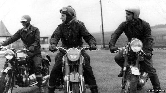 La muerte de motociclistas del ejército británico se redujo en un 75% después de imponer el casco obligatorio.