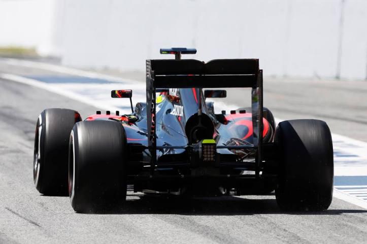 Notese lo angosta de la cubierta del motor del McLaren MP4-30, escondiendo en su interior un motor con una disposición de admisión de aire del turbo tan revolucionaria para el automovilismo deportivo, como complicada y prematura en su desarrollo.